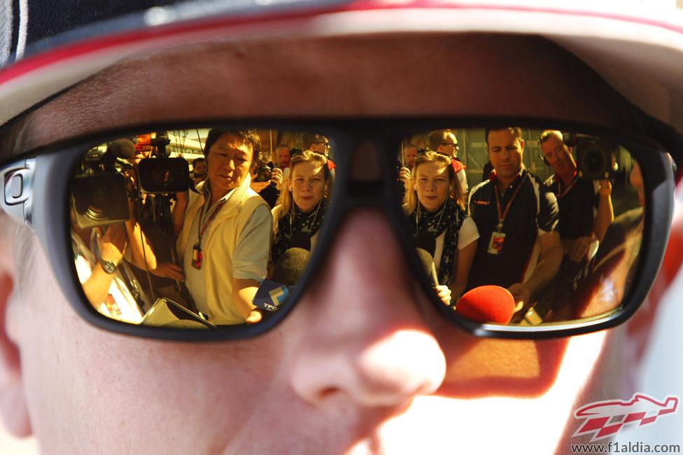 Kimi Räikkönen es entrevistado a su llegada a Corea