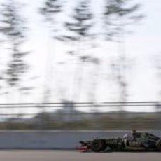 Kimi Räikkönen pilota su Lotus E20 en el circuito de Corea