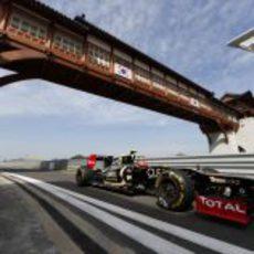 Romain Grosjean pasa bajo el puente de la recta de meta de Yeongam