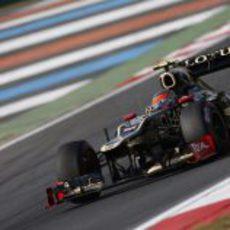 Romain Grosjean a bordo de su Lotus E20 en los libres de Corea