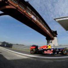 Sebastian Vettel entra a boxes durante los libres de Corea 2012