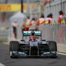 Michael Schumacher en el pit-lane del circuito de Corea