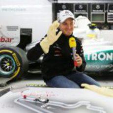 Nico Rosberg sonríe durante un reportaje para la TV alemana