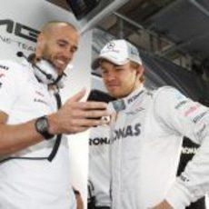 Nico Rosberg con su ingeniero en el box de Mercedes
