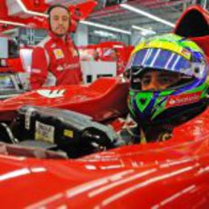 Felipe Massa observa la actividad desde el F2012
