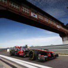 Lewis Hamilton pasa por una recta en el circuito de Yeongam