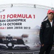 Jenson Button posa ante un cartel promocional del GP de Corea
