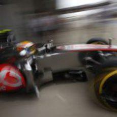 Lewis Hamilton sale de boxes en la clasificación de Corea 2012