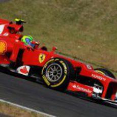 Felipe Massa pilota su Ferrari en los terceros libres