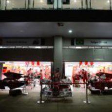 Los mecánicos de Ferrari trabajan de noche en sus monoplazas