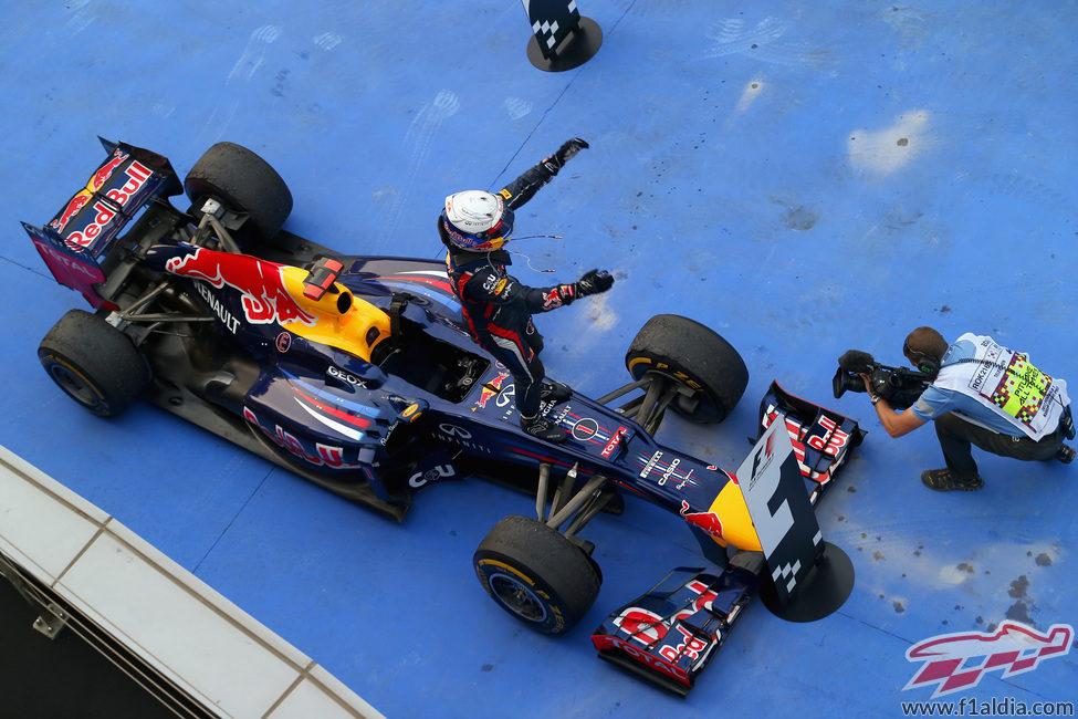 Vettel celebra su victoria en el GP de Corea 2012