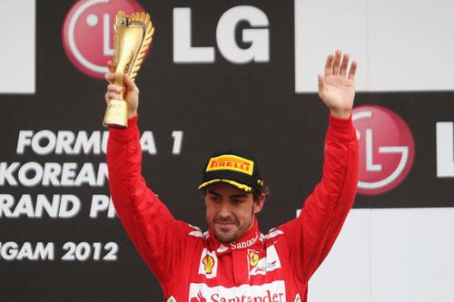 Fernando Alonso levanta su trofeo de tercero en Corea 2012
