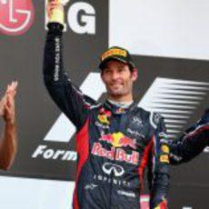 Mark Webber levanta su trofeo de segundo en el GP de Corea 2012