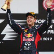 Sebastian Vettel levanta su trofeo de ganador en el GP de Corea 2012