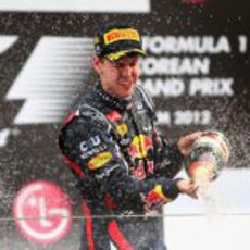 Vettel descorcha el champán en el podio de Corea 2012