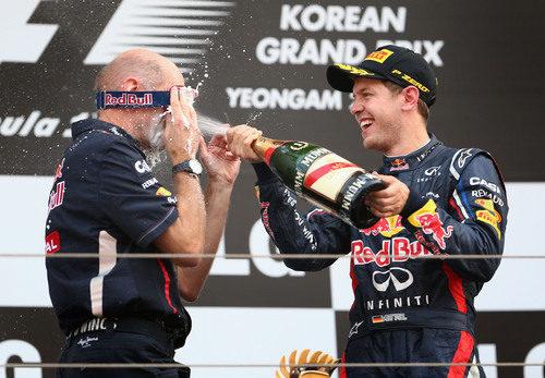 Vettel empapa a Adrian Newey con champán en el podio de Corea 2012