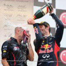 Webber ducha a Adrian Newey con champán en Corea 2012