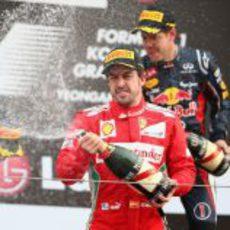 Fernando Alonso con el champán en el podio de Corea 2012