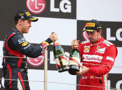 Vettel y Alonso brindan en el podio de Corea 2012