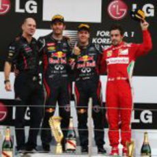 Newey, Webber, Vettel y Alonso en el podio de Corea 2012