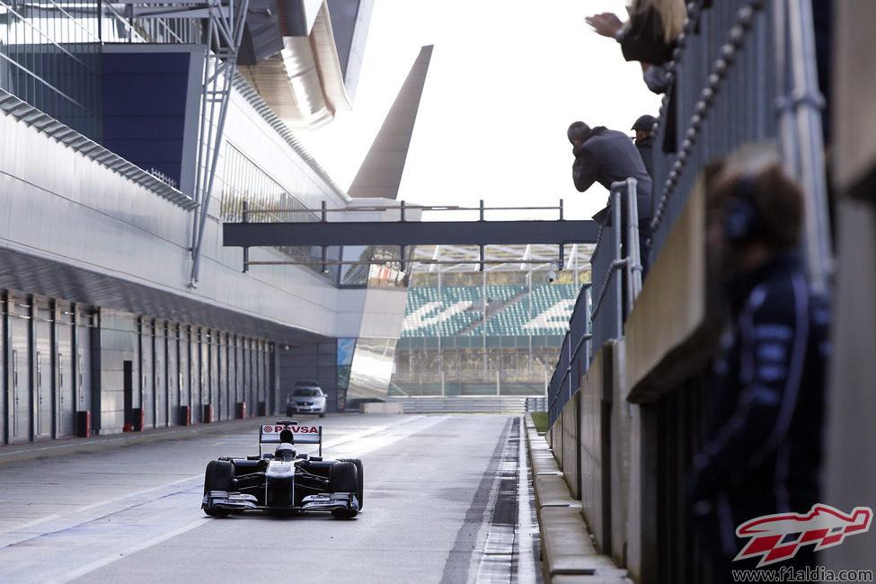 Susie Wolff enfila el pitlane de Silverstone
