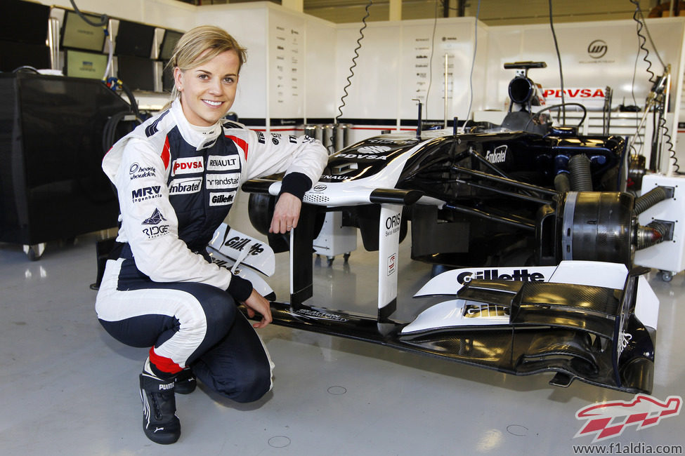 Susie Wolff sonríe frente al desnudo box de Williams