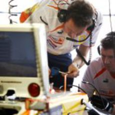 Los mecánicos de Renault en boxes