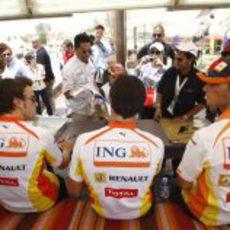 Los 3 pilotos de Renault firman autógrafos