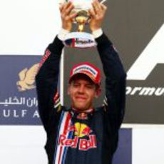 Vettel posa junto a su trofeo