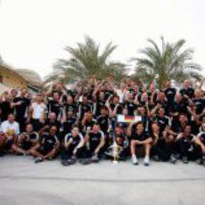 El equipo Red Bull posa con el trofeo de Vettel