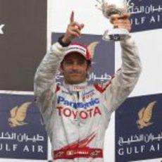 Trulli posa junto a su trofeo