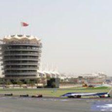 Varios pilotos pasan por la primera curva