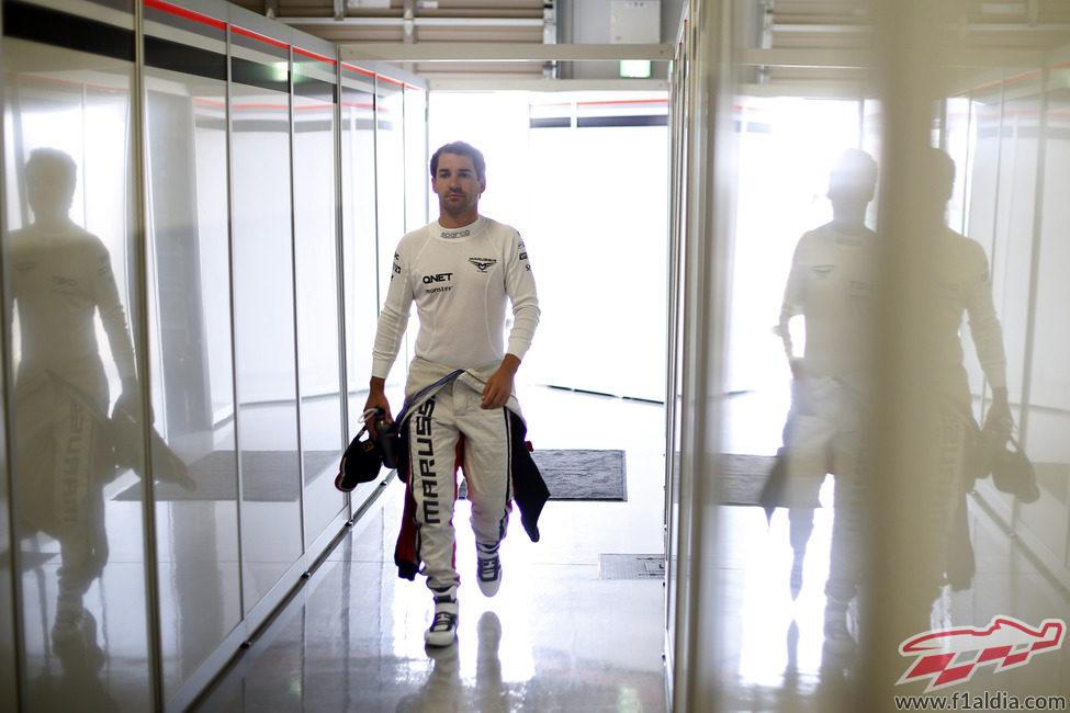 Timo Glock regresa al interior del garaje tras los Libres 3