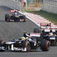 Bruno Senna rueda por delante de su compañero