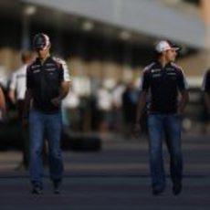Dickie Stanford junto a los pilotos de Williams