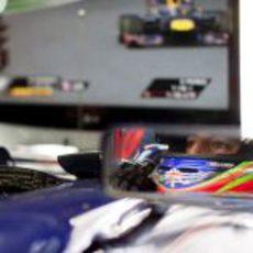 Daniel Ricciardo observa la acción desde su habitáculo