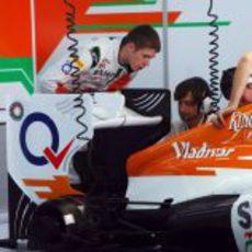 Paul di Resta echa un vistazo a la trasera del VJM05
