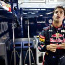 Daniel Ricciardo reacciona en el box de Toro Rosso