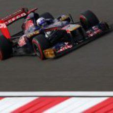 Daniel Ricciardo exprime sus neumáticos superblandos en Corea