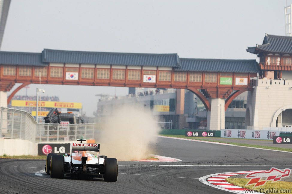 Romain Grosjean se pasa en la última chicane
