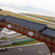 Heikki Kovalainen pasa por debajo del puente en la recta de meta