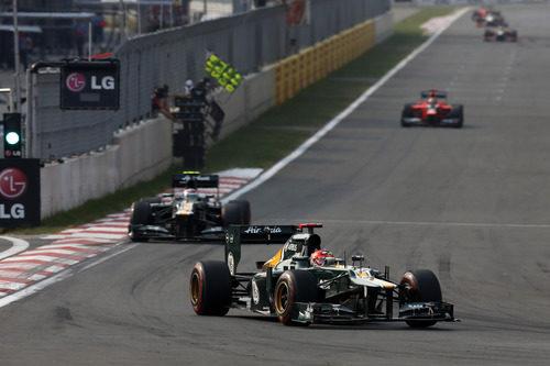 Kovalainen y Petrov con sus Caterham durante la carrera