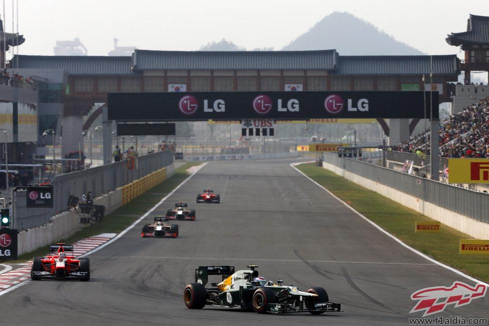 Vitaly Petrov por delante de los Marussia y los HRT en Corea