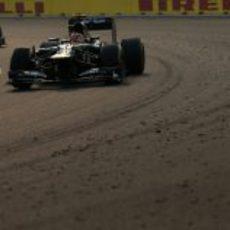Heikki Kovalainen por delante de un Marussia en la carrera