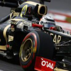 Kimi Räikkönen con neumáticos superblandos en su Lotus E20