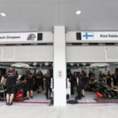 El garaje de Lotus en Corea con Grosjean y Räikkönen