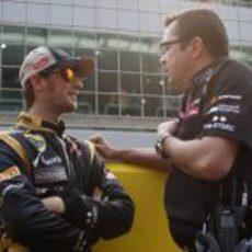 Eric Boullier habla con Romain Grosjean en la parrilla de Corea 2012