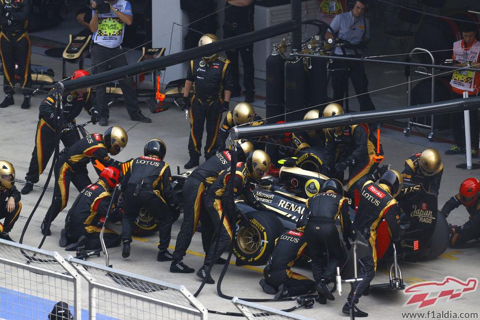 Parada en boxes en Lotus para Romain Grosjean durante la carrera