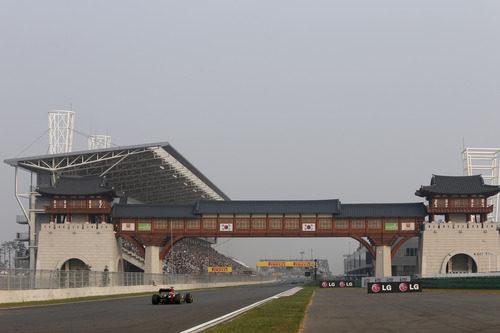 Un Lotus encarando la recta de meta del circuito de Yeongam