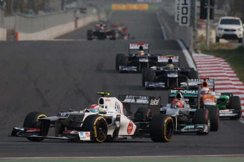 Sergio Pérez rueda por delante de Michael Schumacher